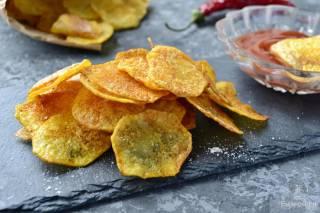 Их нравы: в Великобритании маленькая девочка годами ела одни чипсы и хлеб при полном попустительстве родителей