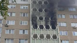 В Киеве на Троещине пылает многоэтажка