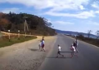 Опубликовано жуткое видео, как грузовик раздавил детей в России (18+)