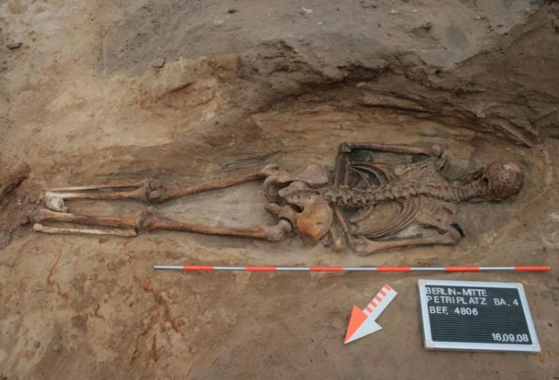 в Средневековье людей хоронили лицом вниз