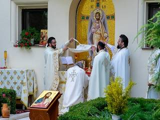 Патриарх Румынии объяснил, откуда пошло правило для священников преклонять колени в алтаре