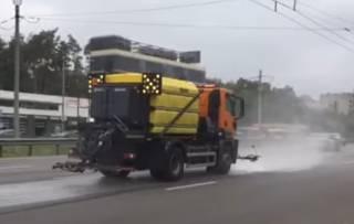 Появилось видео, как киевские дороги моют… шампунями
