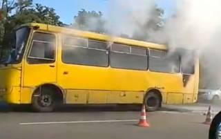 В Киеве на ходу загорелась маршрутка с пассажирами