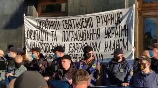 Неизвестные развернули под Офисом Зеленского антисемитский баннер