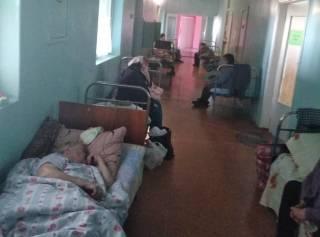 Капельницы при свете телефонов: в соцсетях показали условия лечения в обычной районной больнице