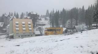 Популярный украинский курорт внезапно замело снегом