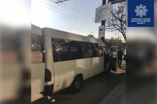 В Днепре водителю маршрутки стало плохо во время движения. Автобус с пассажирами влетел в столб