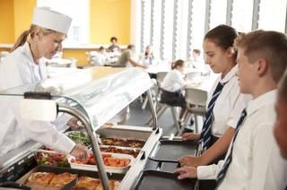 Школьников в Украине будут кормить по-новому