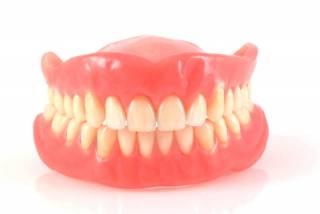 Стало известно о смертельной опасности зубных протезов