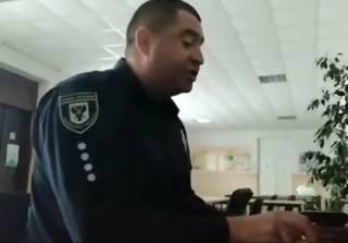 Полицейский устроил на избирательном участке маленький концерт