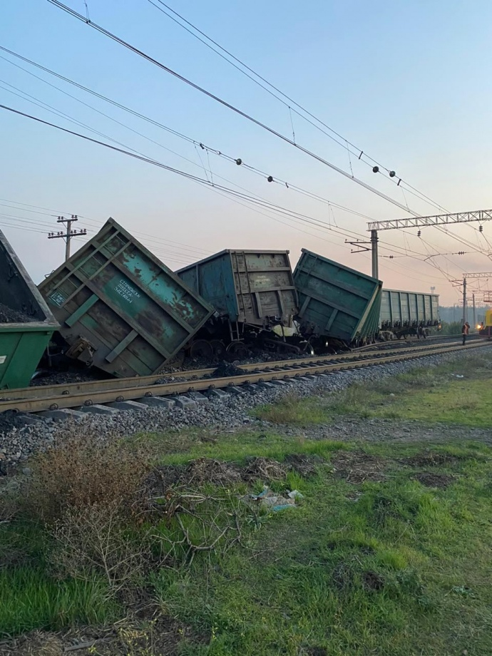 Поезд с углем, который сошел с рельсов в Днепропетровской области