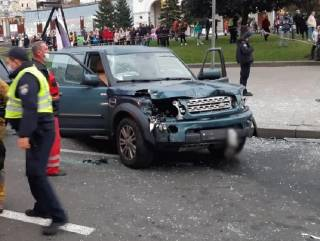 Неуправляемый автомобиль разбросал людей на Майдане, как кегли