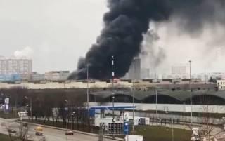 В Москве пылает склад с газовыми баллонами. Слышны взрывы