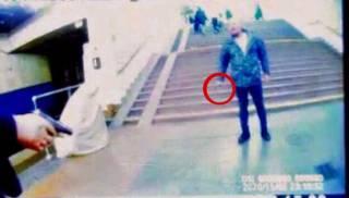 В киевском метро мужчина без маски набросился на полицейского и был остановлен другим пассажиром с пистолетом