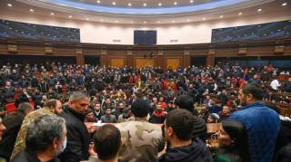 Разъяренная толпа в Ереване устроила погром в парламенте, избила спикера и украла парфюм премьера
