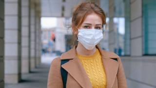 Врачи объяснили, почему в защитной маске тяжело дышать и рассказали, как этого избежать