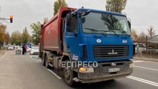 В одном из киевских спальников мусоровоз медленно переехал пенсионера на пешеходном переходе