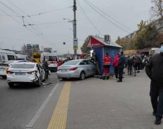 Уснул за рулем: в Киеве таксист на огромной скорости протаранил остановку с людьми
