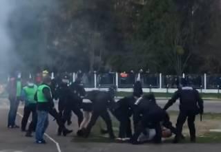 Появилось видео, как полицейские избивают футбольных фанатов