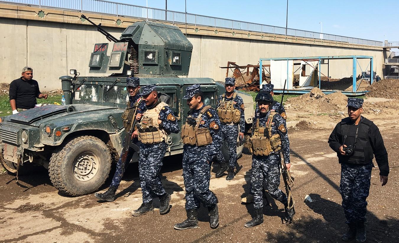Иракская полиция на фоне «Хамви»