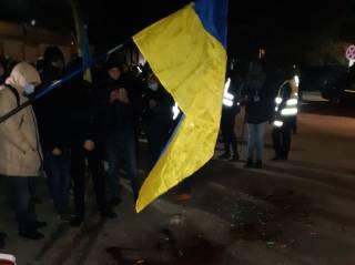 Плакаты с портретом Порошенко, конфеты «Рошен» в крови и другие атрибуты: как прошел митинг под домом экс-президента