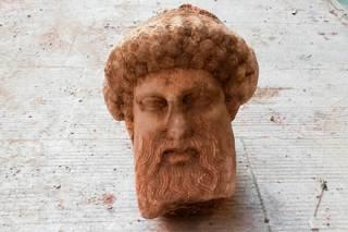 В афинской канализации случайно обнаружили бюст божества возрастом более 2 тыс. лет