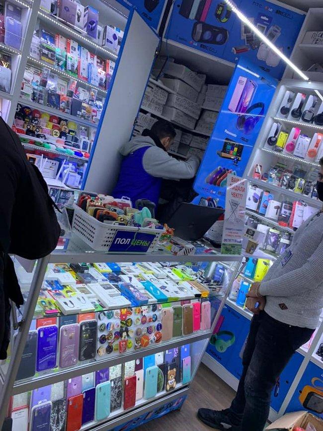 Магазин гаджетов в Киеве, нарушающий условия карантина выходного дня