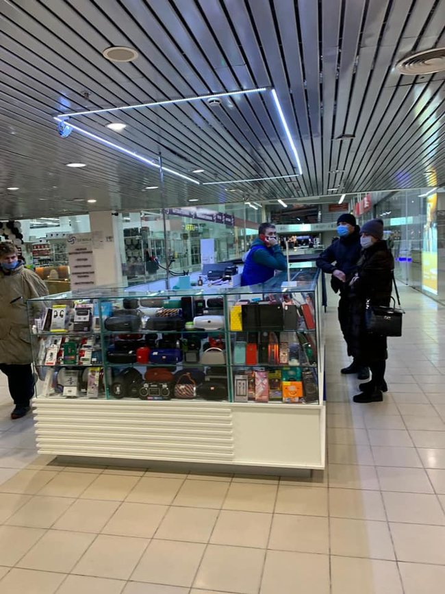 Магазин сумок в Киеве, нарушающий условия карантина выходного дня