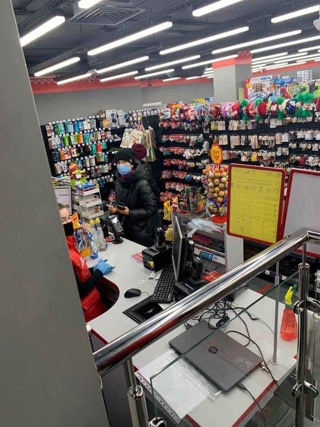 Магазин в Киеве, нарушающий условия карантина выходного дня