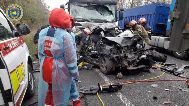 Жуткое ДТП в Черкасской области: Lanos оказался зажат между двух фур