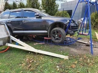 Пьяный полицейский мажор на отцовском автомобиле снес детскую площадку во Львове