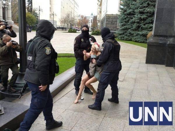 Задержание обнаженной женщины у здания Офиса президента Украины в Киеве