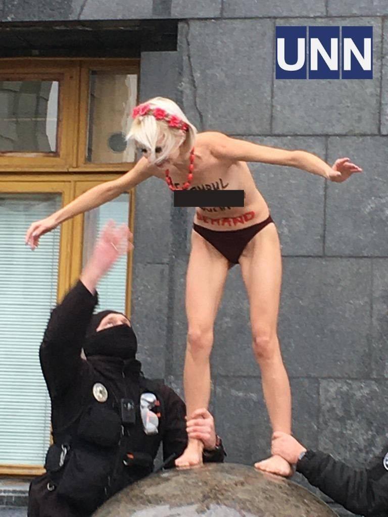 Обнаженная женщина у здания Офиса президента Украины в Киеве