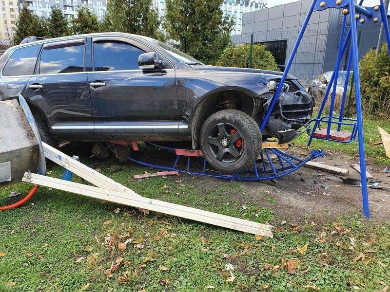 Volkswagen Touareg вылелел на детскую площадку во Львове