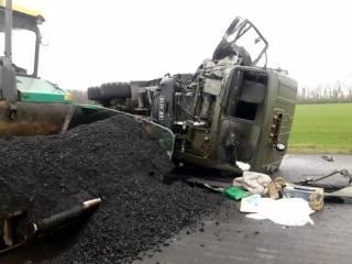 На Кировоградщине военный грузовик перевернулся и раздавил двоих дорожных работников