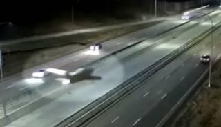 Появилось видео, как в США самолет сел на оживленную трассу