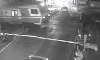 Появилось жуткое видео, как в Боярке молодая женщина буквально бросилась под поезд