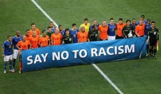 Футболисты ушли с поля посреди матча Лиги чемпионов из-за расистских высказываний судьи