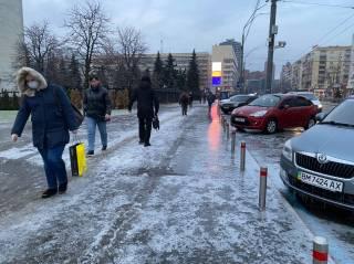 Сильнейший гололед превратил улицы Киева в каток