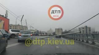 На Шулявском мосту на машины рухнуло сразу несколько столбов. Образовалась огромная пробка