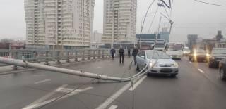 На Шулявском мосту от греха подальше демонтировали еще шесть столбов