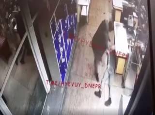 Зверское избиение молодого парня в одном из супермаркетов Днепра попало на видео (18+)