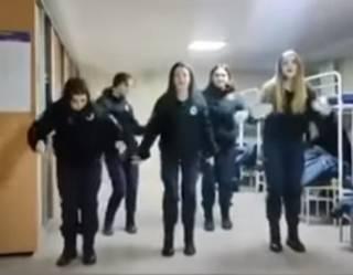 Будущие полицейские из Харькова сплясали под «Вороваек»