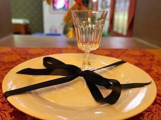 Священник УПЦ объяснил, допустимо ли верующему ли употребление алкоголя во время поминания умершего