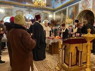 Священник УПЦ из Одессы служит для бездомных панихиды и призывает каждого увидеть в этих людях образ Божий