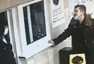 Появилось видео, как неадекват ударил сотрудницу метро в Киеве