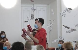 Харьковских депутатов забросали купюрами из «долларовых» пистолетов