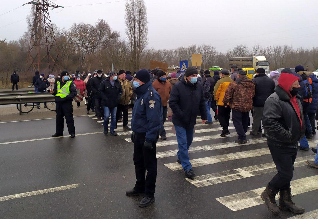 Люди перекрыли трассу Киев-Харьков в Полтавской области, протестуя против повышения тарифов
