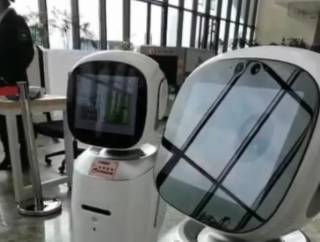 В Китае два робота поссорились из-за желания услужить человеку