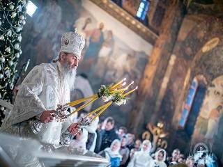 В Киево-Печерской лавре в день Рождества Христова верующие УПЦ молились на 8 литургиях